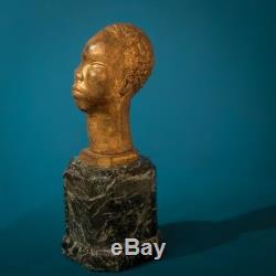 Sculpture en terre signée. Africaniste. Patine Art Déco
