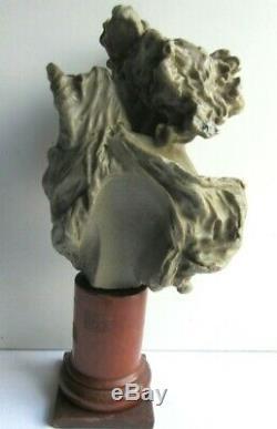 Statue, Sculpture en cire grise, Femme au sein nu sur socle colonne en bois